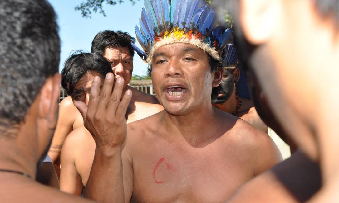 Elisur Grabriel (irmão de indio morto) pede por justiça em frente a base aérea durante visita de ministro 05/06/2013 Foto: Marcos Thomé / Região News