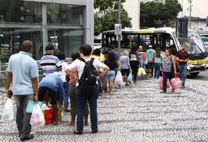 Passageiros aguardam o ônibus da linha 507 (Largo do Machado-Silvestre), que tinha a concorrência das vans: intervalo de 28 minutos na terça-feira Foto: Pablo Jacob / O Globo