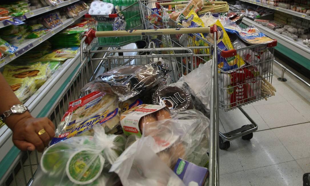 Busca. Consumidores já não encontram diversos produtos nas gôndolas das lojas Foto: La Nación/5-2-2013 / La Nación/5-2-2013