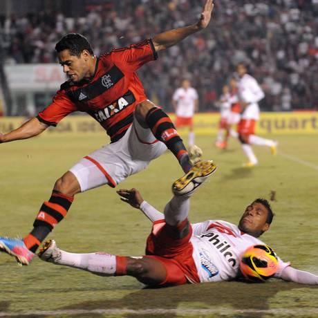 João Paulo é derrubado por um adversário em Florianópolis Foto: Alexandre Vidal/Fla Imagem