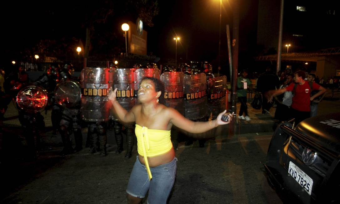 Manifestantes que protestavam contra o aumento das passagens de ônibus entraram em choque com a PM na Avenida Presidente Vargas, no Centro Foto: Hudson Pontes / Agência O Globo