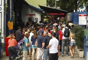 Movimento no embarque de passageiros para o Cristo Redentor é tranquilo manhã de sábado Foto: Gabriel de Paiva / O Globo