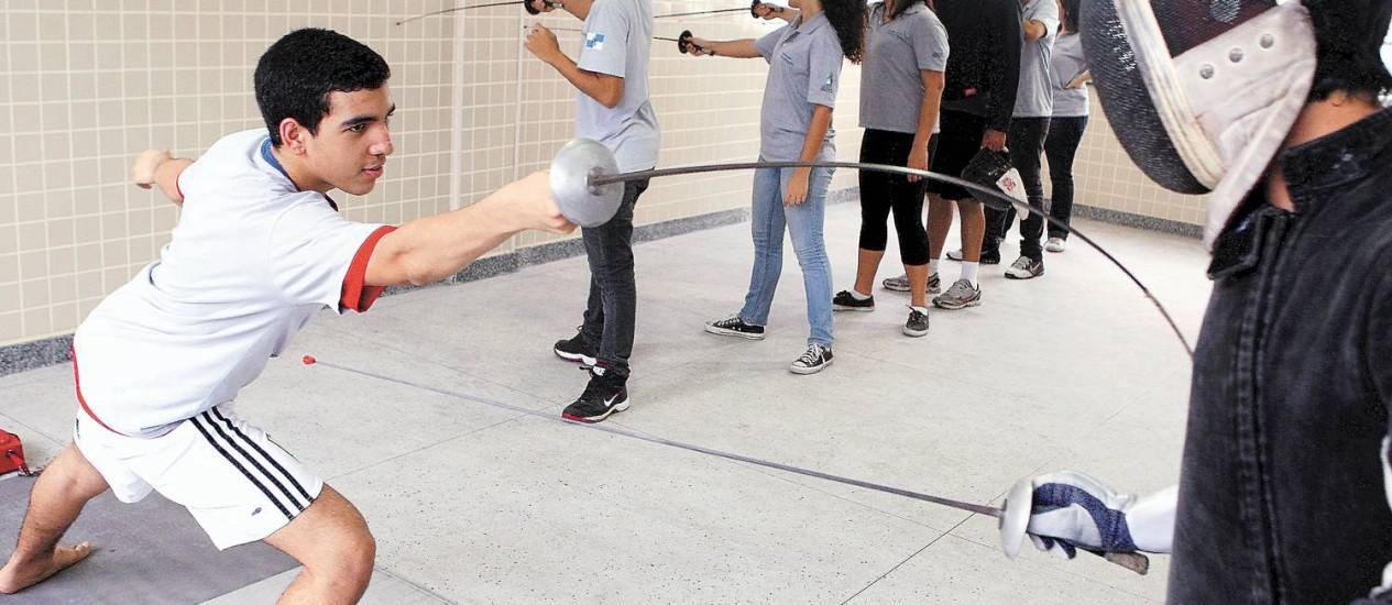 Autoconfiança. Alunos da Escola Estadual Chico Anysio, no Andaraí, praticam esgrima. Objetivo é usar o esporte para desenvolver habilidades como a concentração e autocontrole Foto: Gustavo Stephan
