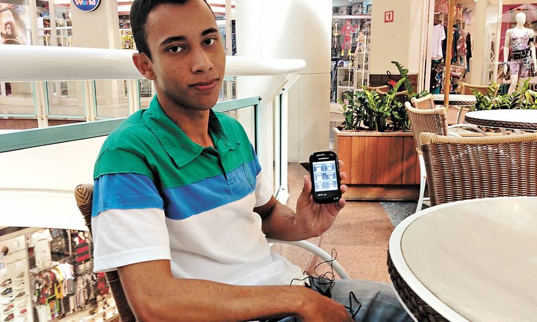 Estudante Felipe Souza até assiste a TV pelo celular, mas não abandona o futebol semanal com amigos Foto: FOTO: Sérgio Matsuura