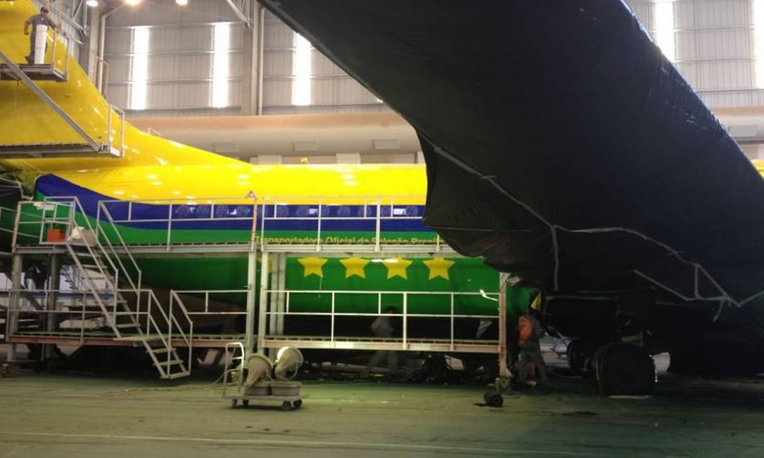 O avião que será usado pela seleção brasileira recebe pintura especial nas cores verde e amarela e as cinco estrelas dos títulos mundiais. Foto de divulgação. Foto: Divulgação