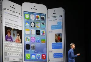 Craig Federighi, executivo de engenharia de software, apresentando o iOS 7 no palco do Moscone Center, em San Francisco Foto: STEPHEN LAM / REUTERS