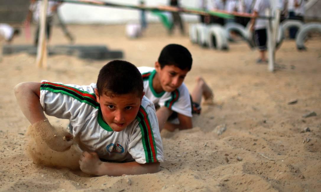 Durante as férias, as crianças de Gaza não têm muitas outras opções de lazer. A maioria das áreas do lugar não possui parques públicos Foto: MOHAMMED ABED / AFP