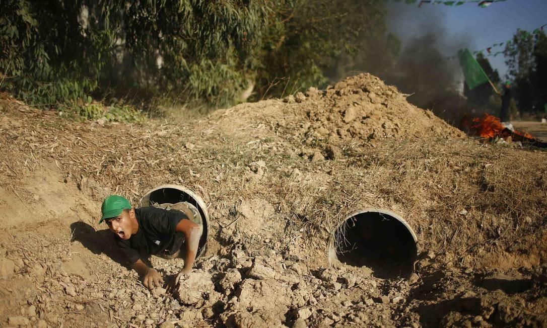 Embora os locais pareçam ser uma forma de trazer à tona recrutas potenciais para a ala militar do Hamas, os dirigentes do grupo afirmam que os acampamentos simplesmente ensinam habilidades de escoteiros Foto: MOHAMMED SALEM / REUTERS