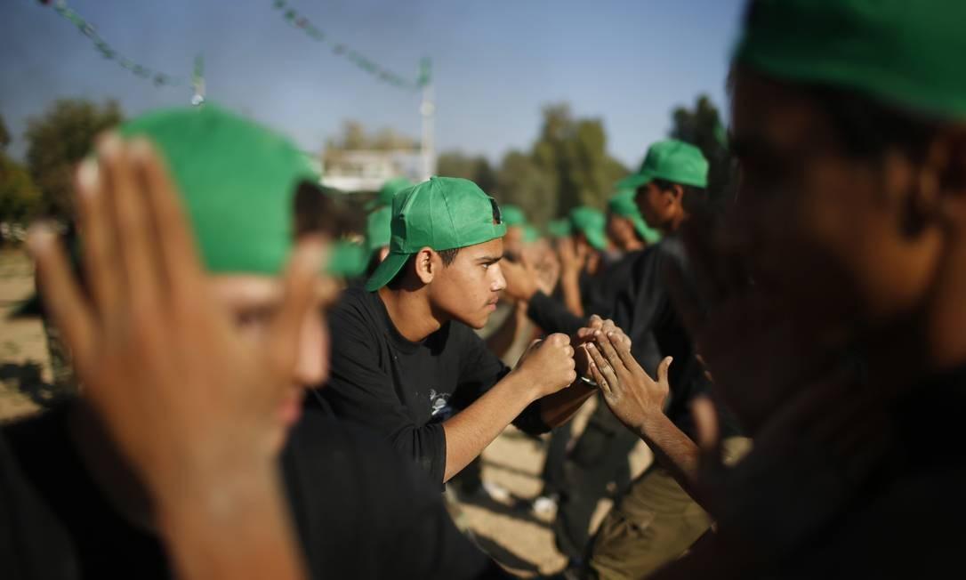 Jovens palestinos durante um exercício militar Foto: MOHAMMED SALEM / REUTERS