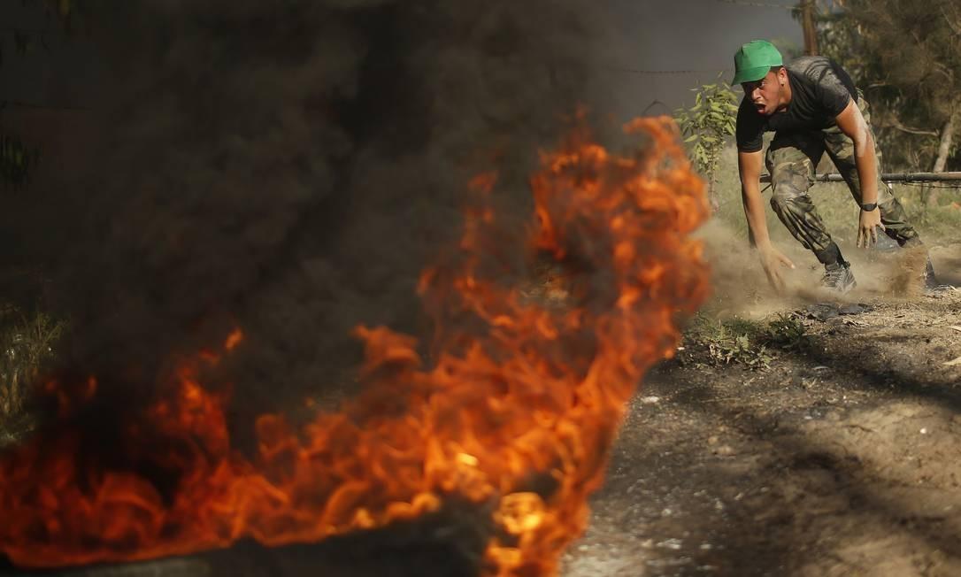 Até mesmo nos exercícios com fogo os jovens palestinos são obrigados a participar Foto: MOHAMMED SALEM / REUTERS