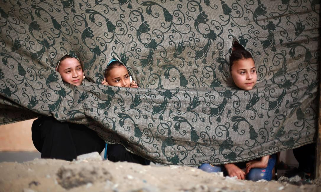 Longe do treinamento militar, as meninas têm aulas de culinária, bordado, teatro e fazem jogos islâmicos Foto: MOHAMMED ABED / AFP