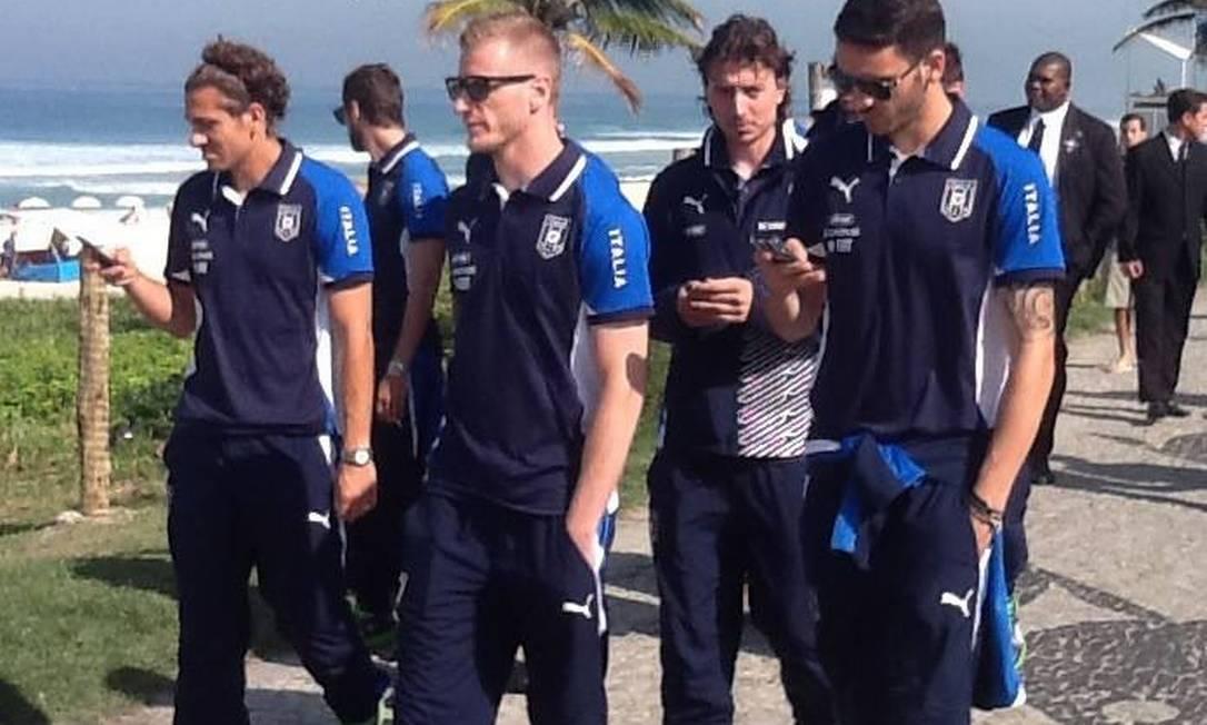 Seleção italiana caminha na praia antes de treino Foto: Reprodução Facebook