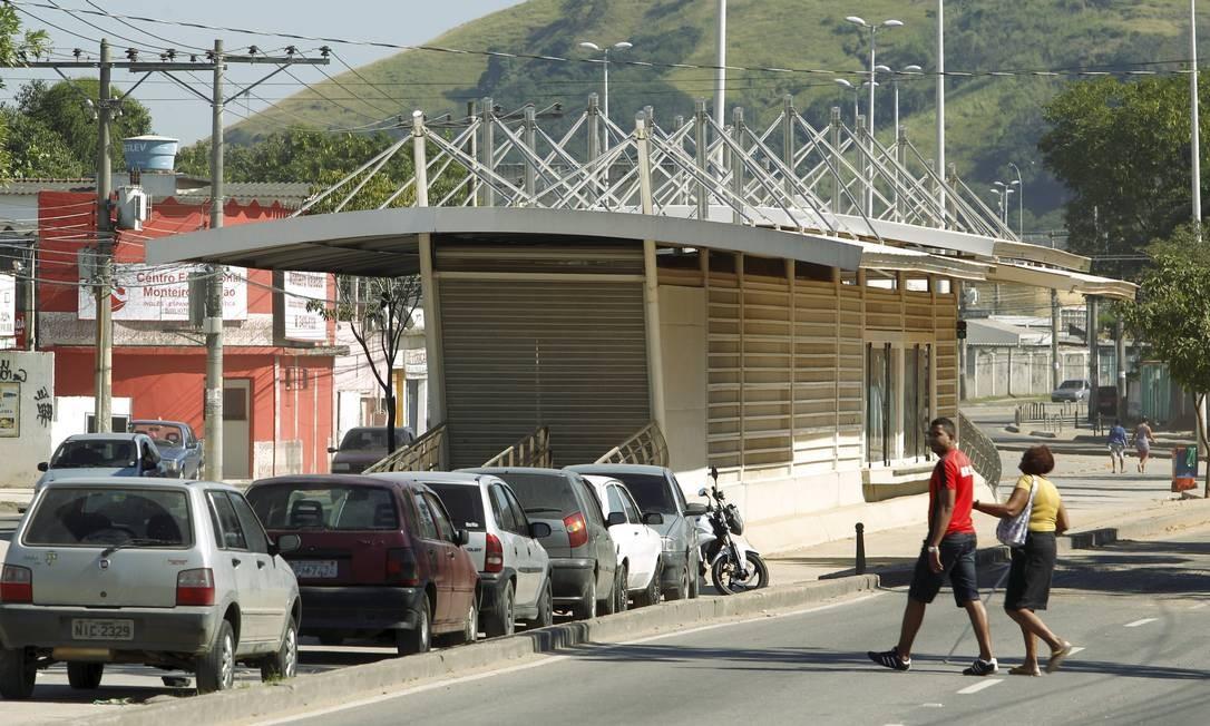 Carros particulares aproveitam a pista exclusiva do BRT Transoeste no trecho entre Campo Grande e Paciência como estacionamento:: construtora responsável diz que obra ficará pronta até agosto Foto: Gabriel de Paiva / O Globo