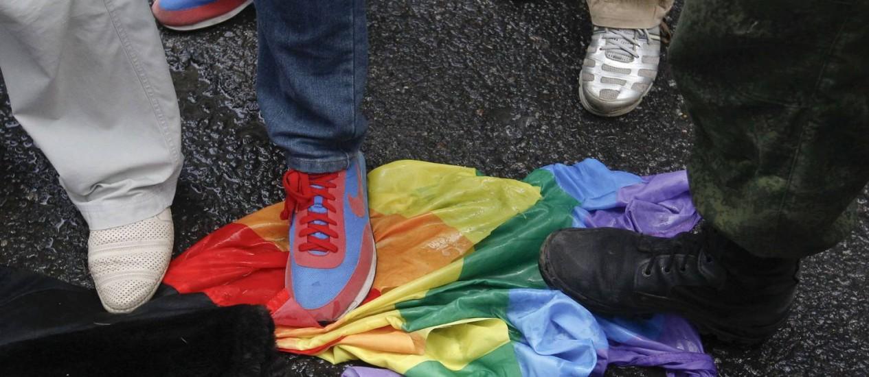 Ativistas contra os direitos de homossexuais pisam em uma bandeira do movimento gay em frente à Câmara Baixa russa Foto: MAXIM SHEMETOV / REUTERS