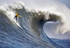 Mavericks se tornou point para surfistas de ondas grandes, na Califórnia. Na foto, Andrew Davis se jogando Foto: Shalom Jocobovitz/Wikipédia
