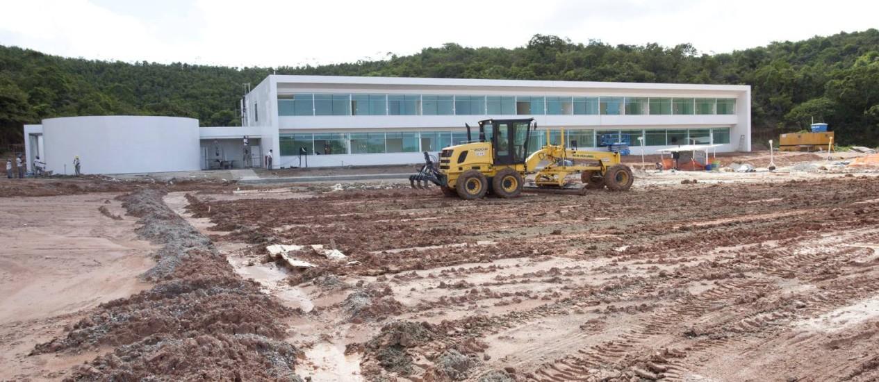 Em Recife, ao lado do campo no CT do Naútico, está sendo construído um hotel para 50 pessoas que deve ficar pronto para a Copa do Mundo em 2014 Foto: Hans von Manteuffel / Agência O Globo
