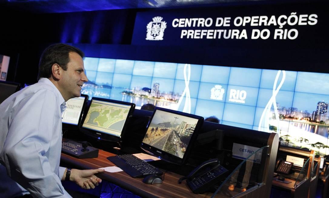 O prefeito Eduardo Paes no Centro de operações Rio: Google Earth é a base das técnicas de monitoramento. Foto: Gustavo Pellizzon