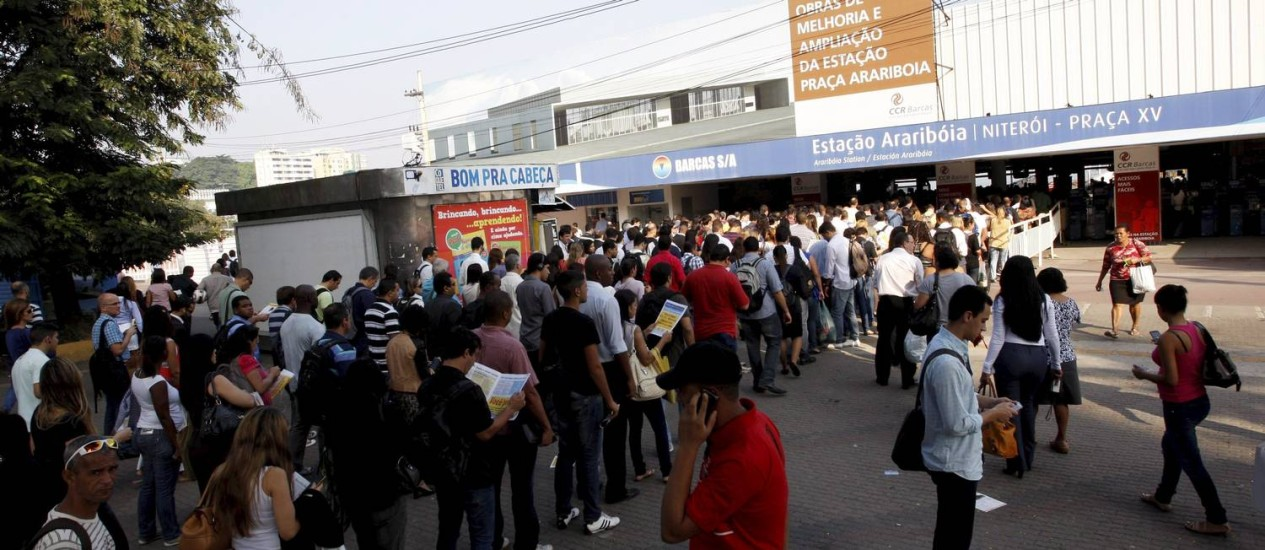 Longas filas se formaram na estação das barcas da Praça Arariboia, em Niterói Foto: Marcos Tristão / Agência O Globo