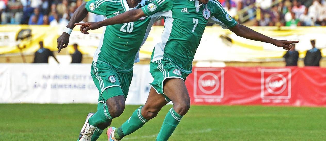 Nigerianos celebram gol na vitória contra o Quênia pela eliminatórias africanas da Copa do Mundo 2014 Foto: CARL DE SOUZA / AFP