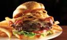 Hamburguer com queijo, bacon, cebola e batata frita Foto: Divulgação