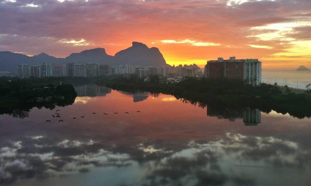 O céu refletido em uma das lagoas da Barra Foto: Divulgação/Leonardo Marzullo