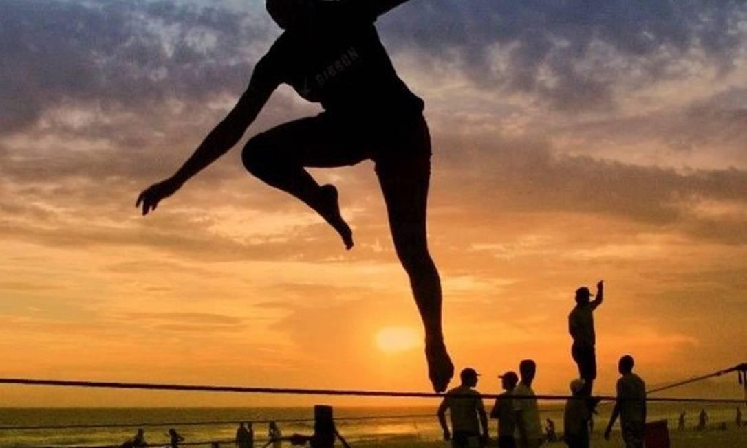 Praticante de slackine com pôr do sol ao fundo Foto: Divulgação/Tatiana Carvalho