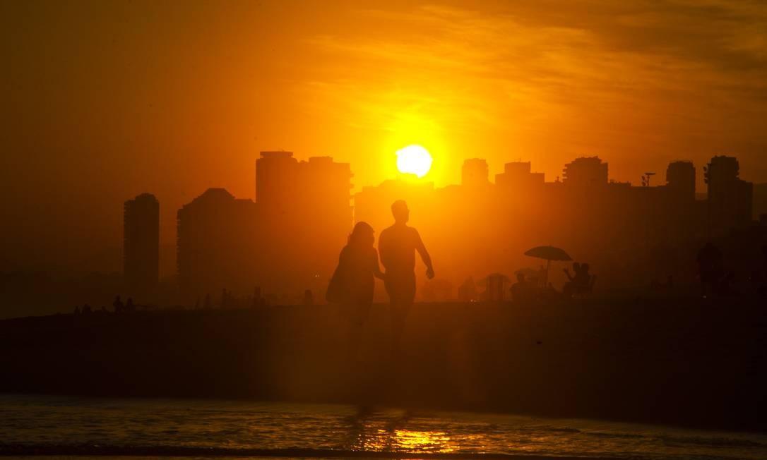 Casal caminhando pelas areias da Praia da Barra Foto: Divulgação/Giovani Cordioli