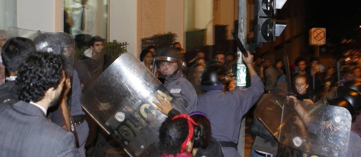 Estudantes revoltados com o aumento das tarifas do transporte coletivo, fizeram protesto violento na rua da Consolação, área central da cidade provocando grande tumulto no trânsito e pânico em alguns pedestres Foto: Michel Filho / O Globo