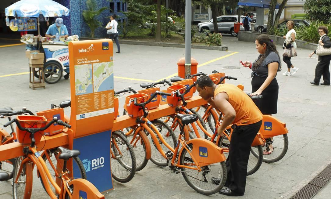 Usuários tentam retirar bicicletas na estação Arcoverde, em Copacabana: em menos de dois anos, já foram mais de 1,8 milhão de viagens pelo sistema, com 160 mil cadastrados Foto: Gabriel de Paiva / O Globo