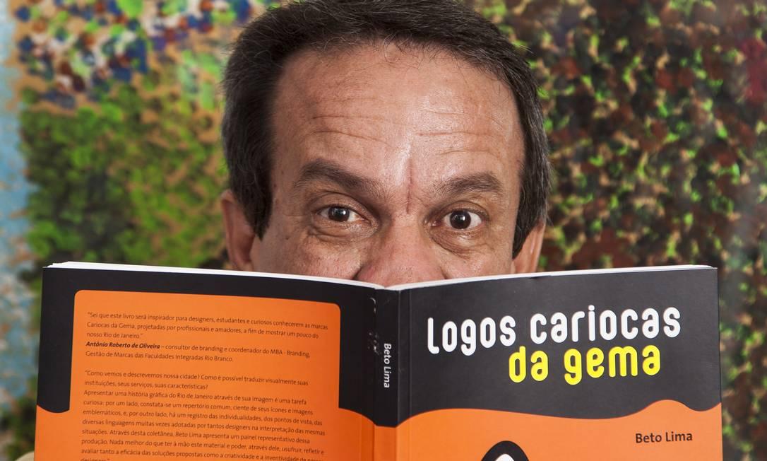 """Exemplos de logotipos do Brasil e do mundo foram reunidos no livro """"Logos cariocas da gema"""", do designer Beto Lima Foto: Daniela Dacorso / O Globo"""