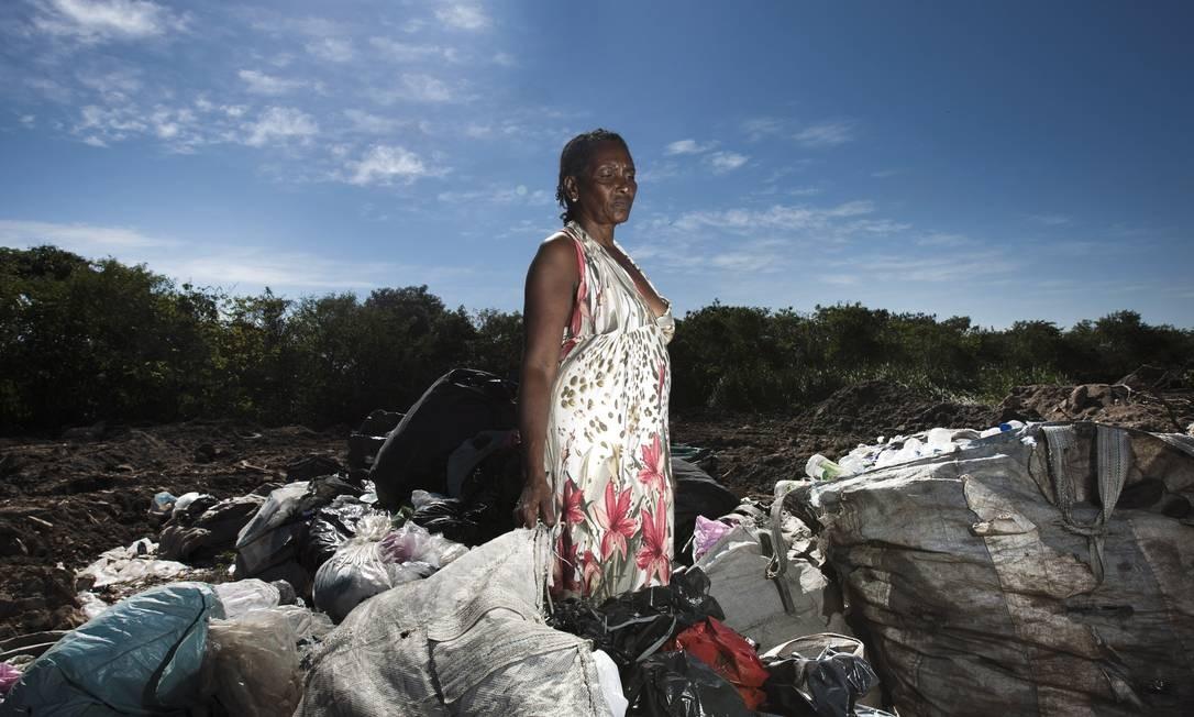 Zuleica Crispim observa o material que recolheu durante mais de um mês espalhado no terreno onde ficava o seu barraco, demolido na semana passada Foto: Guilherme Leporace / O Globo