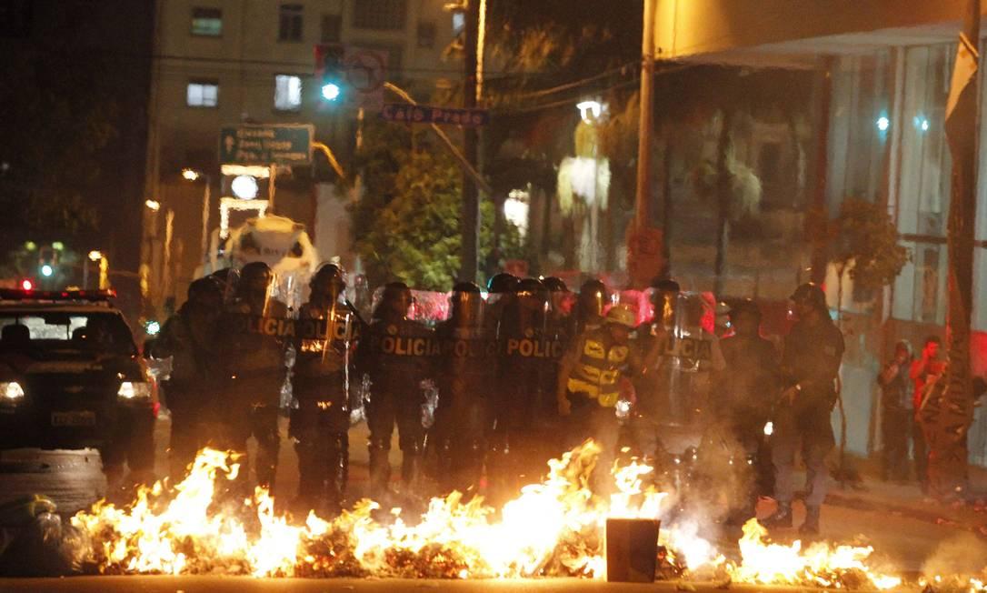 Protesto contra o aumento da passagem de ônibus em São Paulo termina em confronto Foto: Eliária Andrade / O Globo