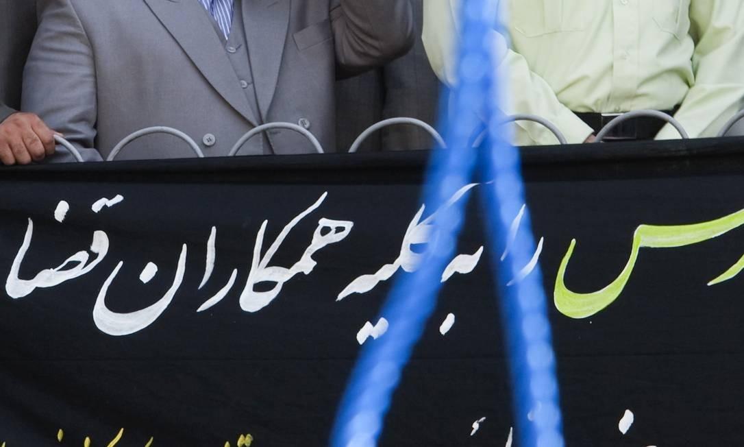 Procurador-geral Saeed Mortazavi durante uma execução em Teerã, em 2007 Foto: MORTEZA NIKOUBAZL / REUTERS