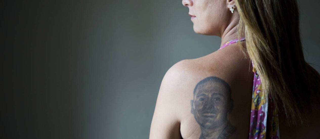 Rosangela com a tatuagem que fez em homenagem ao filho Adonai, morto em 2010, aos 19 anos Foto: Mônica Imbuzeiro / O Globo