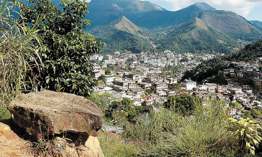 Pedras costumam rolar sobre as casas, mesmo sem chuva Foto: Agência O Globo / Eduardo Naddar