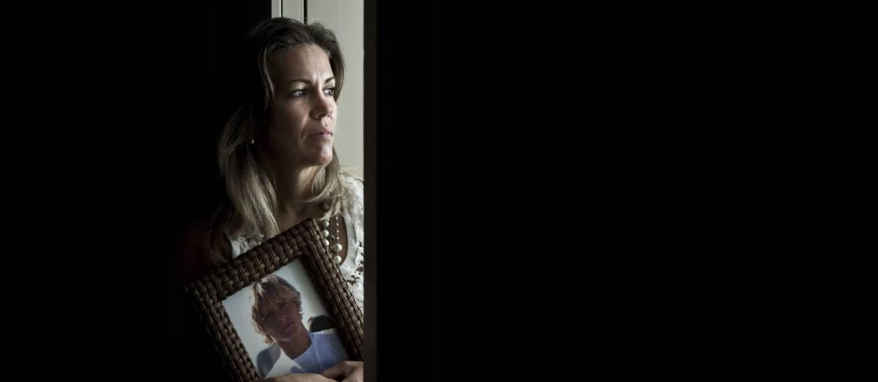 Daniela Duque com a imagem de Daniel: conversas em voz alta Foto: Mônica Imbuzeiro / O Globo