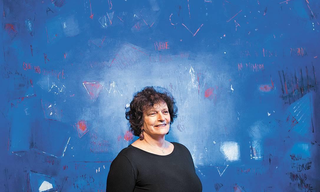 """Artista conta que leu texto de Walter Benjamin sobre """"um horizonte azul que nunca desaparece"""" e decidiu adotar tal cor para suas novas criações Foto: Monica Imbuzeiro"""