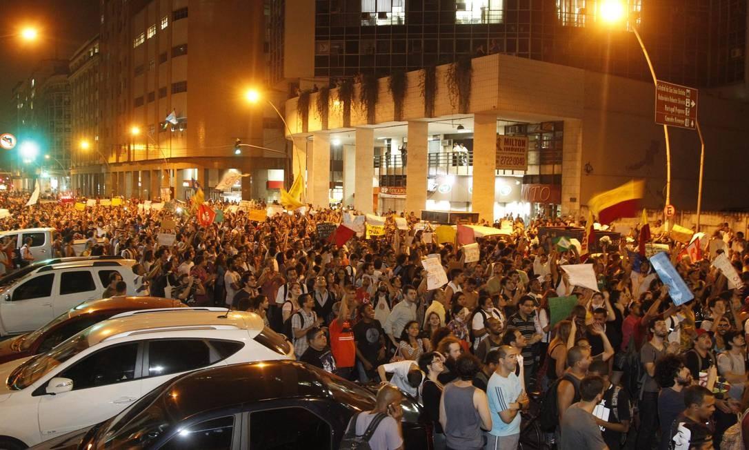Manifestantes caminham em direção à prefeitura Foto: Marcelo Carnaval / Agência O Globo