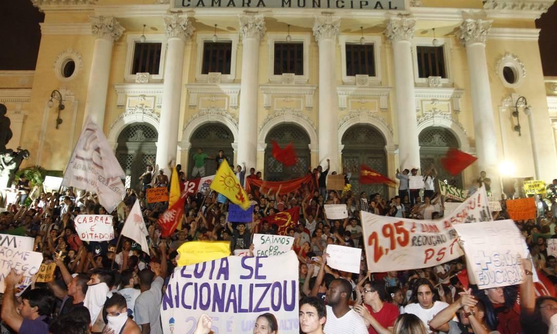 Manifestantes na frente da Câmara Municipal antes de seguirem para a prefeitura Foto: Marcelo Carnaval / Agência O Globo