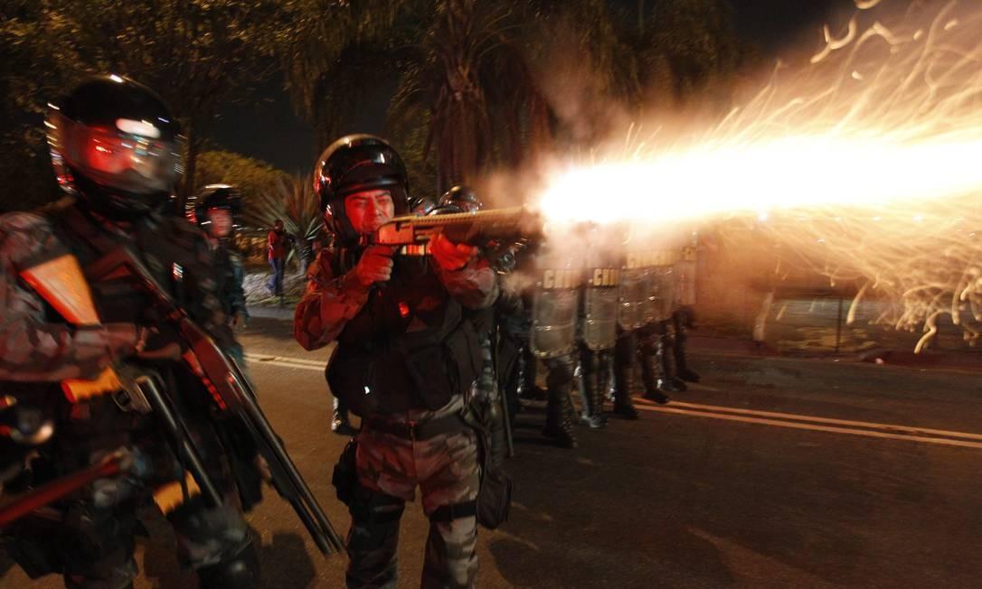 Manifestação contra aumento da passagem de ônibus em Niterói tem confronto entre manifestantes e policiais Foto: Marcelo Carnaval / O Globo