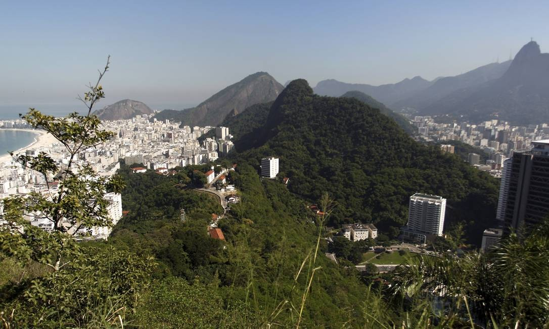 Uma das muitas vistas reveladas durante caminhada pelo recém-criado Parque Paisagem Natural Carioca: objetivo de preservar a região Foto: Gabriel de Paiva / O Globo