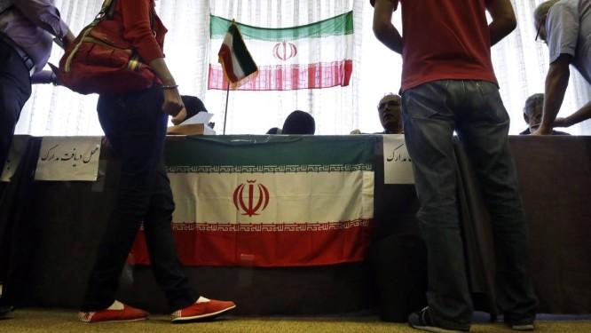 Iranianos radicados nos EUA votam em um hotel em Los Angeles Foto: Reed Saxon / AP