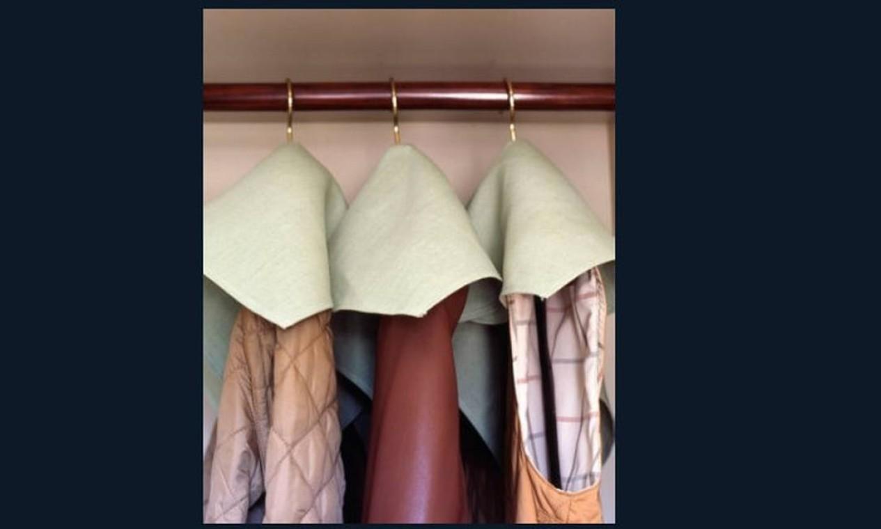 Guardanapos de toalha velhos podem ter outro fim além do lixo. Faça um furo neles e coloque por cima dos casacos para evitar que fiquem empoeirados e sujos, especialmente os brancos. Você pode usar também guardanapos de papel, só que mais grosso Foto: Reprodução da internet
