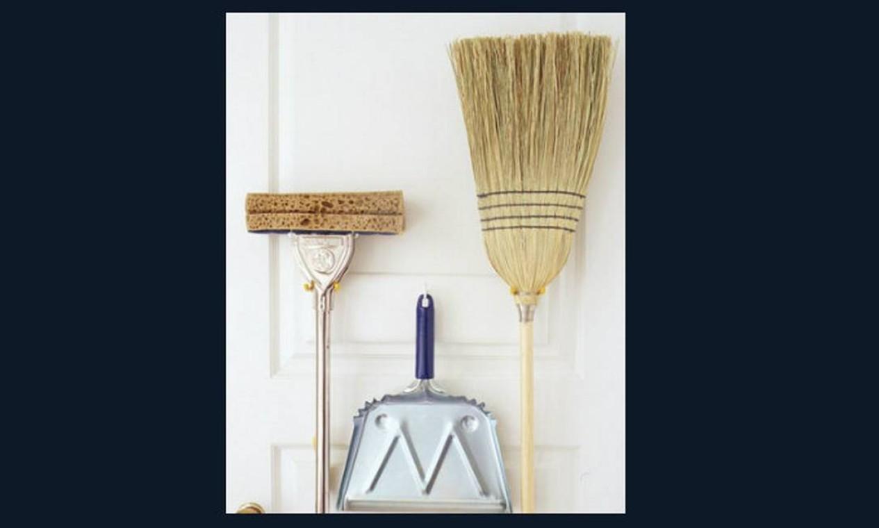 Coloque vassouras e rodos sempre com a parte que limpa para cima Foto: Reprodução da internet