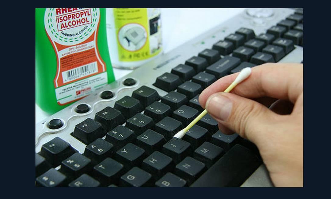 Sabe aquela sujeirinha que fica nos cantinhos de potes plásticos e teclados de computador? Você pode usar cotonetes para limpá-los Foto: Reprodução da internet