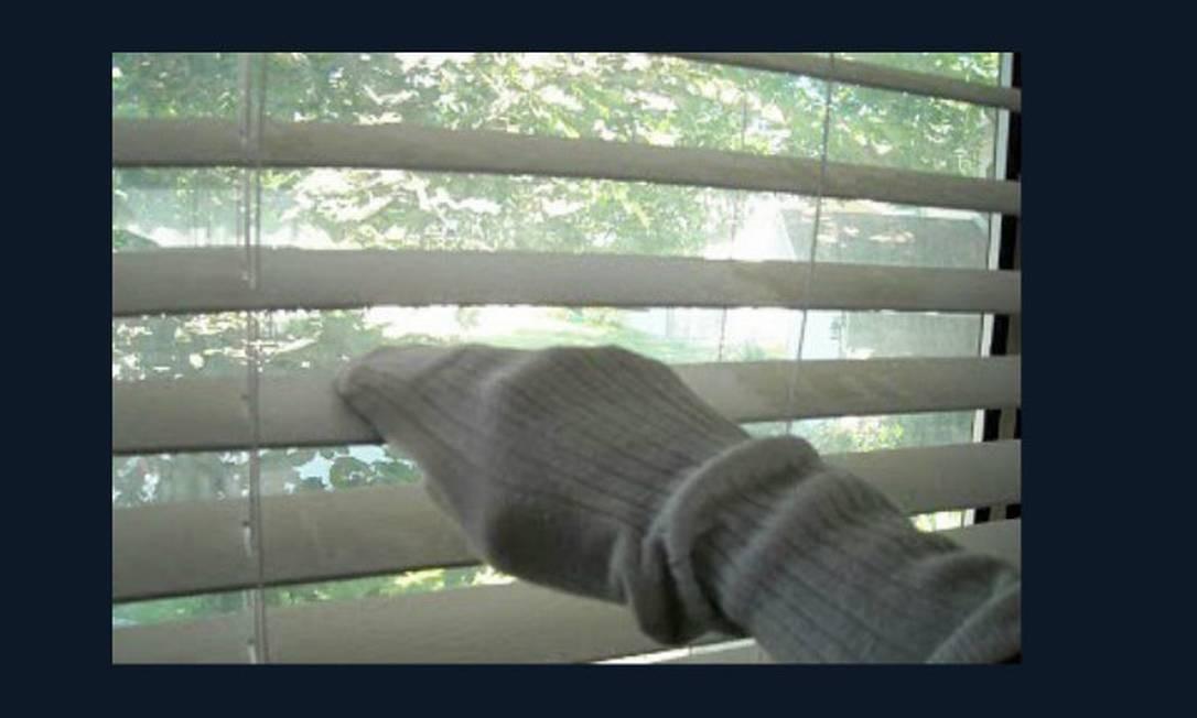 Limpar as persianas com uma meia velha é também prático e barato. Misture a mesma quantidade de vinagre e água morna e molhe a meia. Vá limpando e quando a meia ficar suja, faça o enxágue. Repita o processo Foto: Reprodução da internet