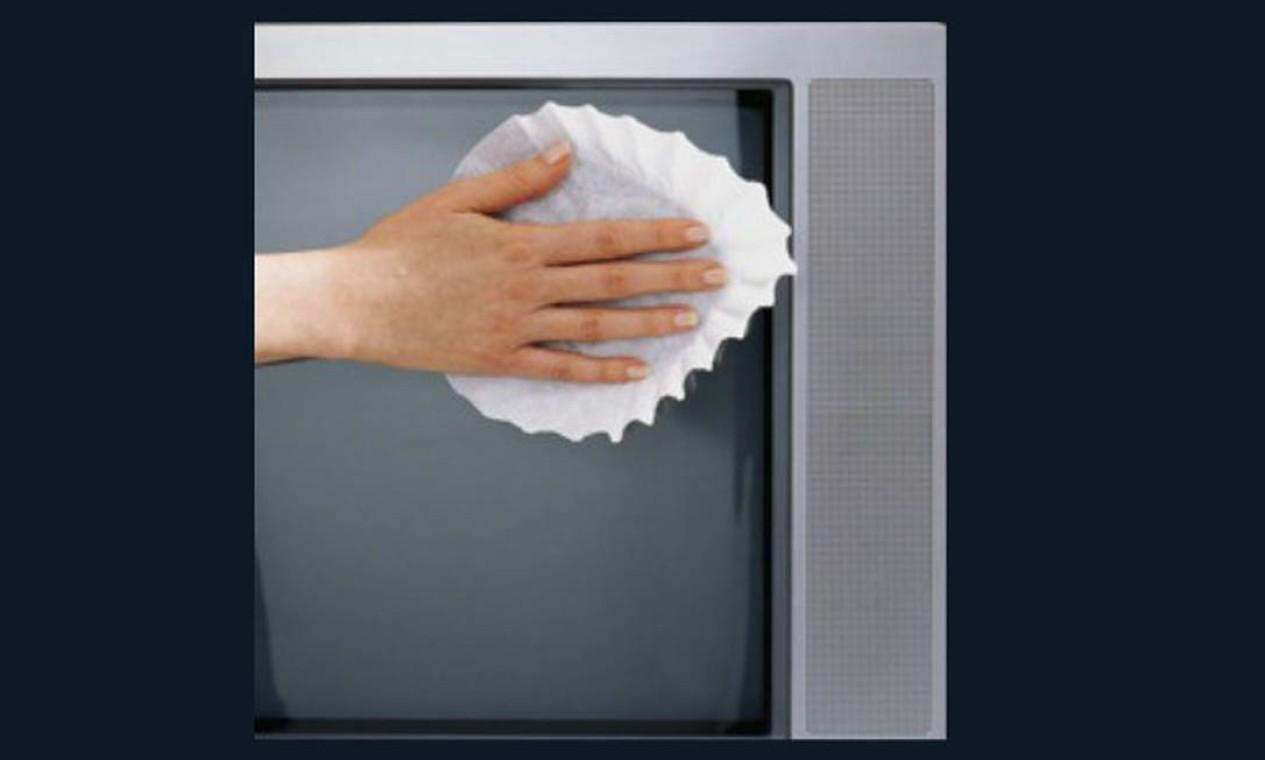 Já reparou que limpar a tela da tevê a deixa com marcas quando o pano está úmido e a poeira continua com pano seco? A solução é usar filtro de café para limpar a tela Foto: Reprodução da internet