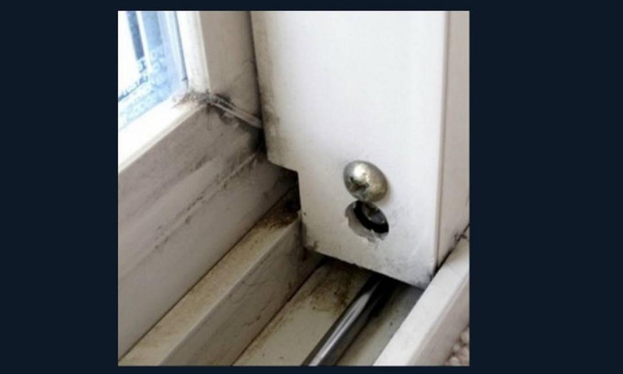Para limpar o canto das janelas e escadas, enrole um pano em uma faca sem corte ou em uma caneta e molhe em uma solução de água com o produto de limpeza. Agora é só ter paciência e ir limpando Foto: Reprodução da internet