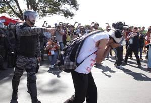 Em Brasília, manifestantes entram em confronto com a PM Foto: André Coelho / Agência O Globo