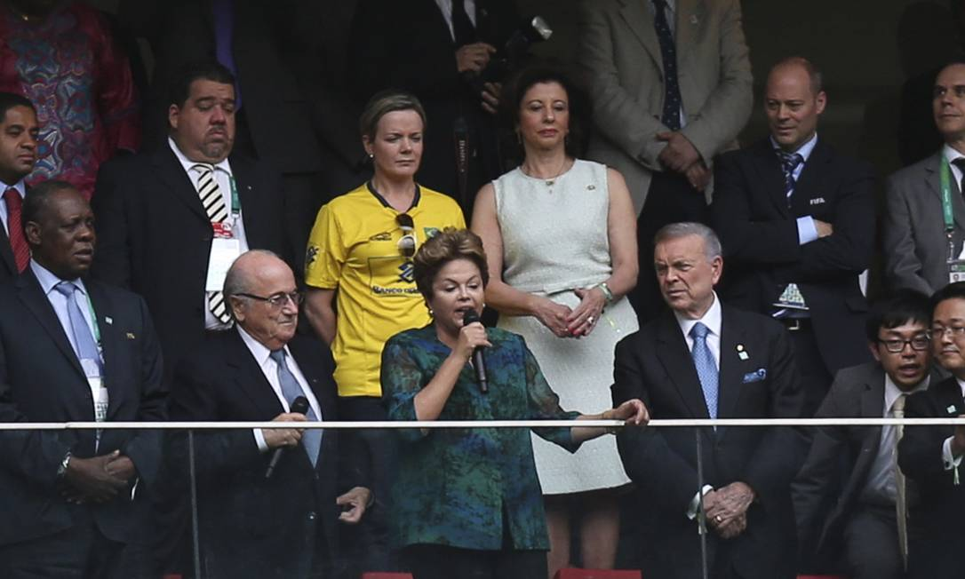 Vaias: Dilma Rousseff ao lado do presidente da Fifa, Joseph Blatter Foto: UESLEI MARCELINO / REUTERS
